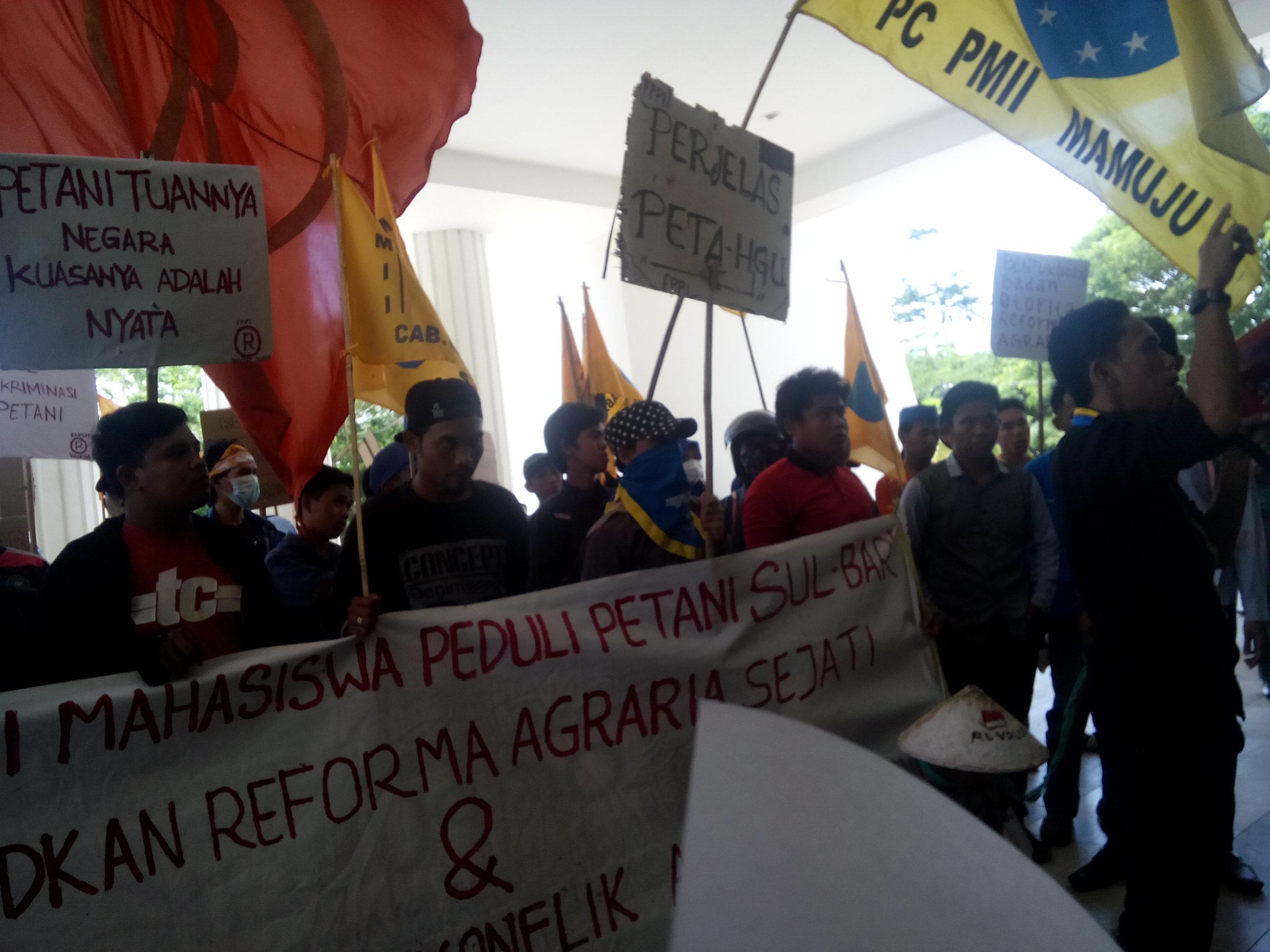 Unjukrasa memperingati hari tani nasional di depan kantor Gubernur Sulbar