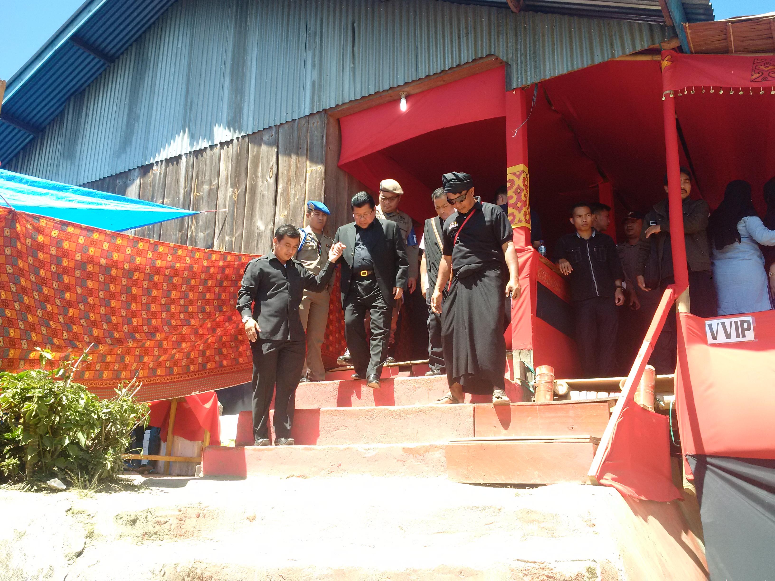 Gubernur Sulbar saat menghadiri pemakaman Victor Paotonan