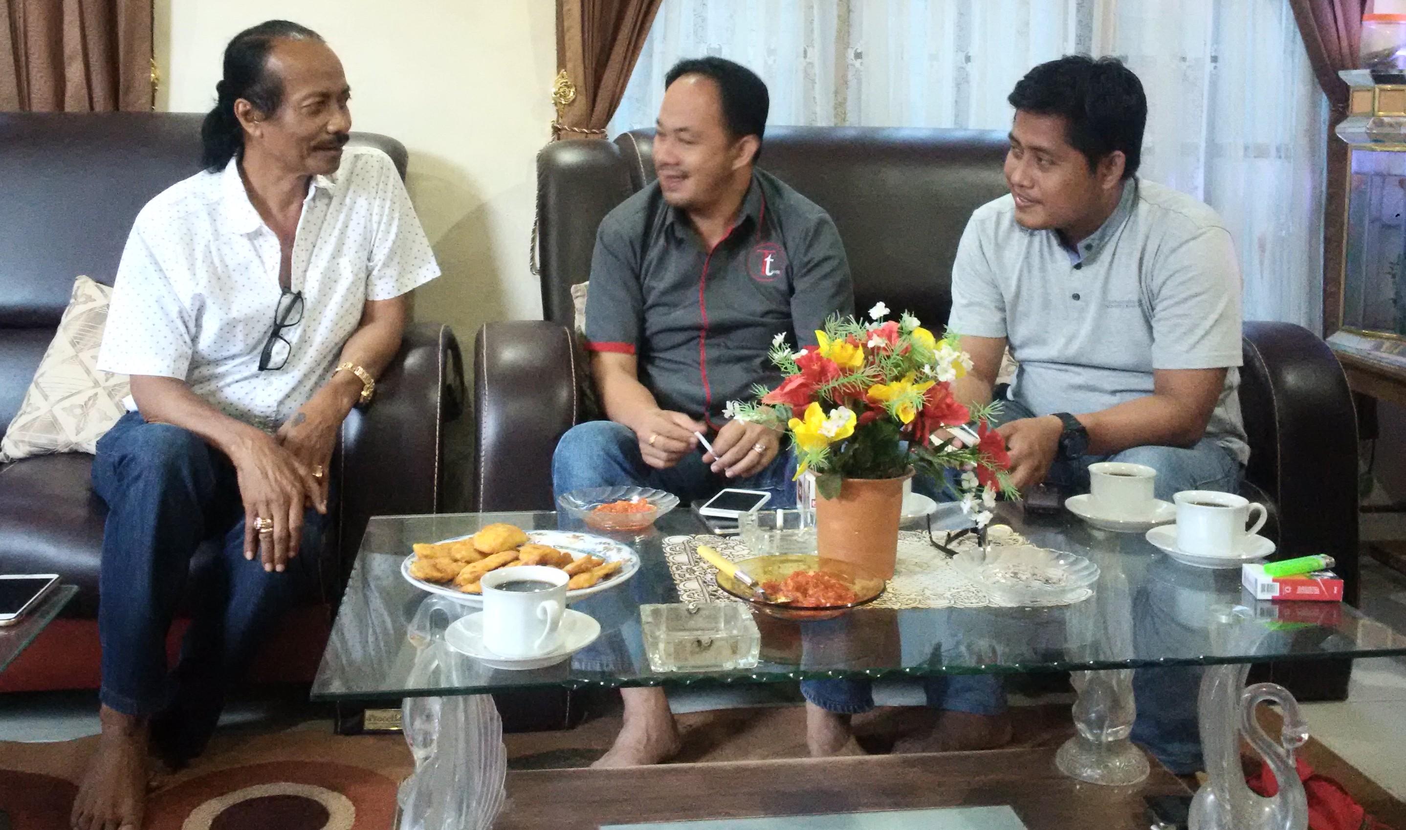 Kiri - Kenan : Jenol, Sarman SHD, Anhar saat bincang di Mamasa, (Jumat, 09/09)