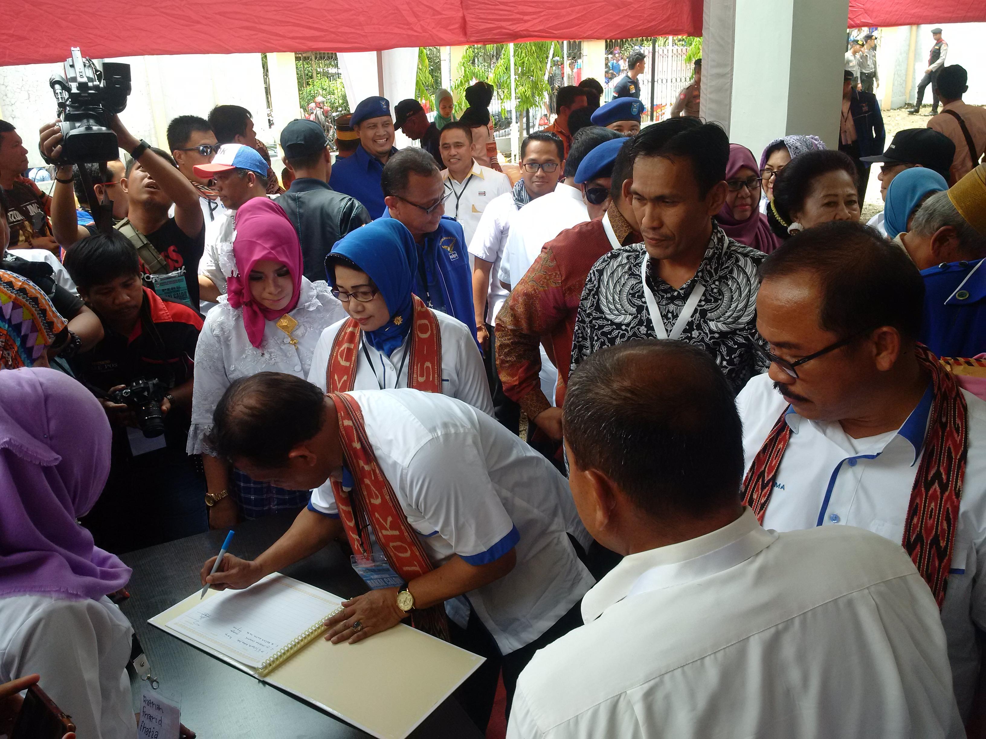 Suhardi Duka dan Kalma Katta saat mendatangi KPU Sulbar mendaftar calon gubernur dan wakil Gubernur Sulbar