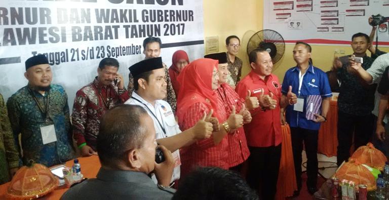 Foto bersama pasangan ABM Enny dengan komisioner KPU Sulbar