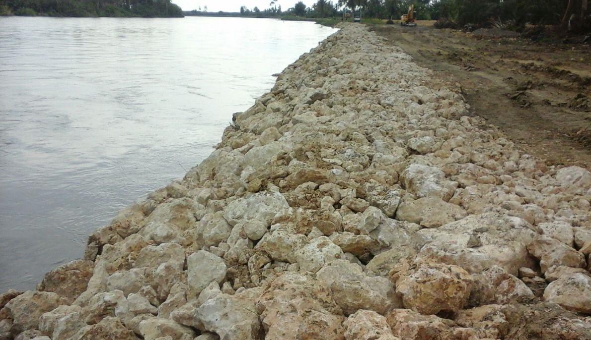Material proyek penguatan tebing sungai Lariang
