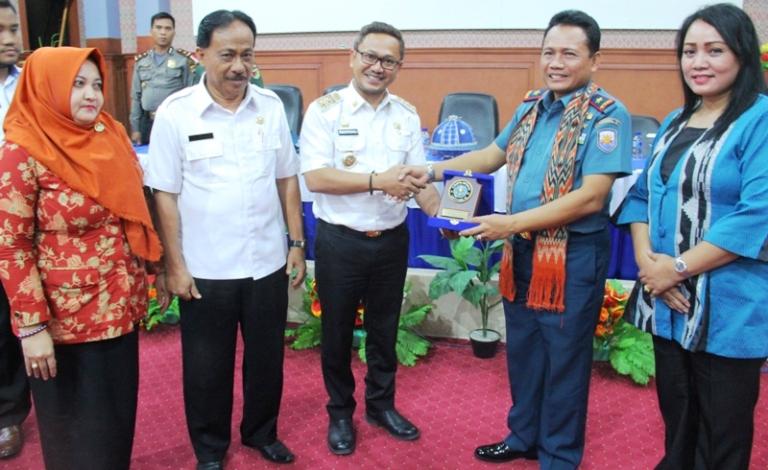 Wabup Mamuju menerima cendramata dari Komandan Lantamal VI Makassar