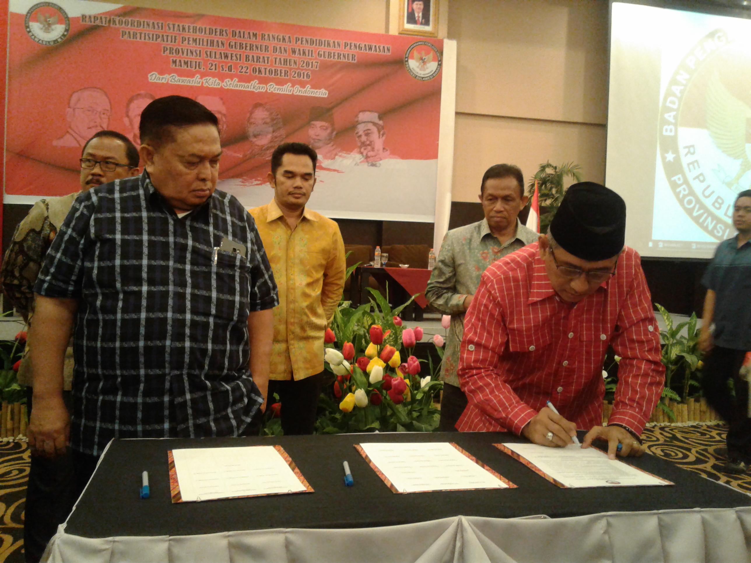 Para bakal Cagub Sulbar saat menandatangani fakta integritas