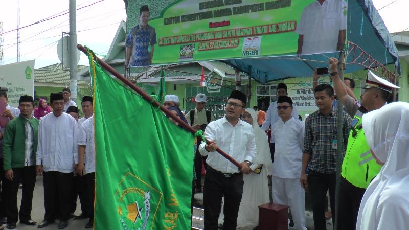 Wabup Mamuju saat melepas karnaval Hari Santri Nasional