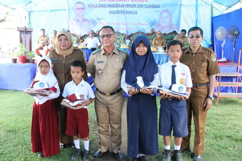 Foto bersama Bupati, Kadis Pendidikan dan KCD Mamunyu bersama siswa penerima bantuan