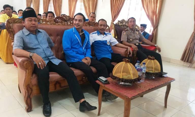 DUDUK BERSAMA. Bupati Matra Agus Ambo Djiwa duduk bersama Ketua KNPI Sulbar Chandra Hapati Hasan dan jajaran pengurus KNPI Matra.