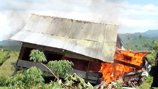 Rumah yang dibakar warga