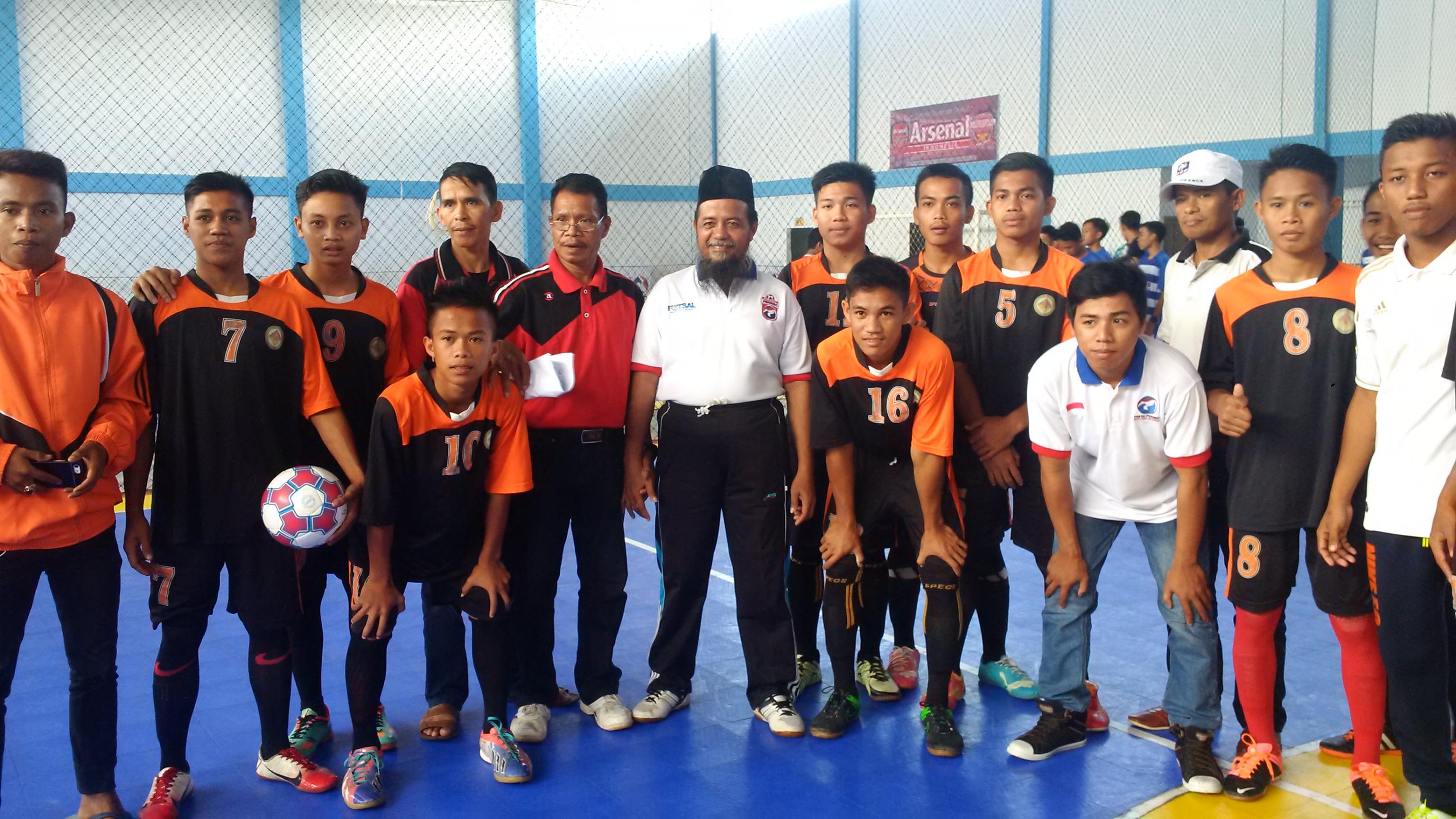 Foto bersama ketua DPW Perindo Sulbar dengan peserta liga Futsal