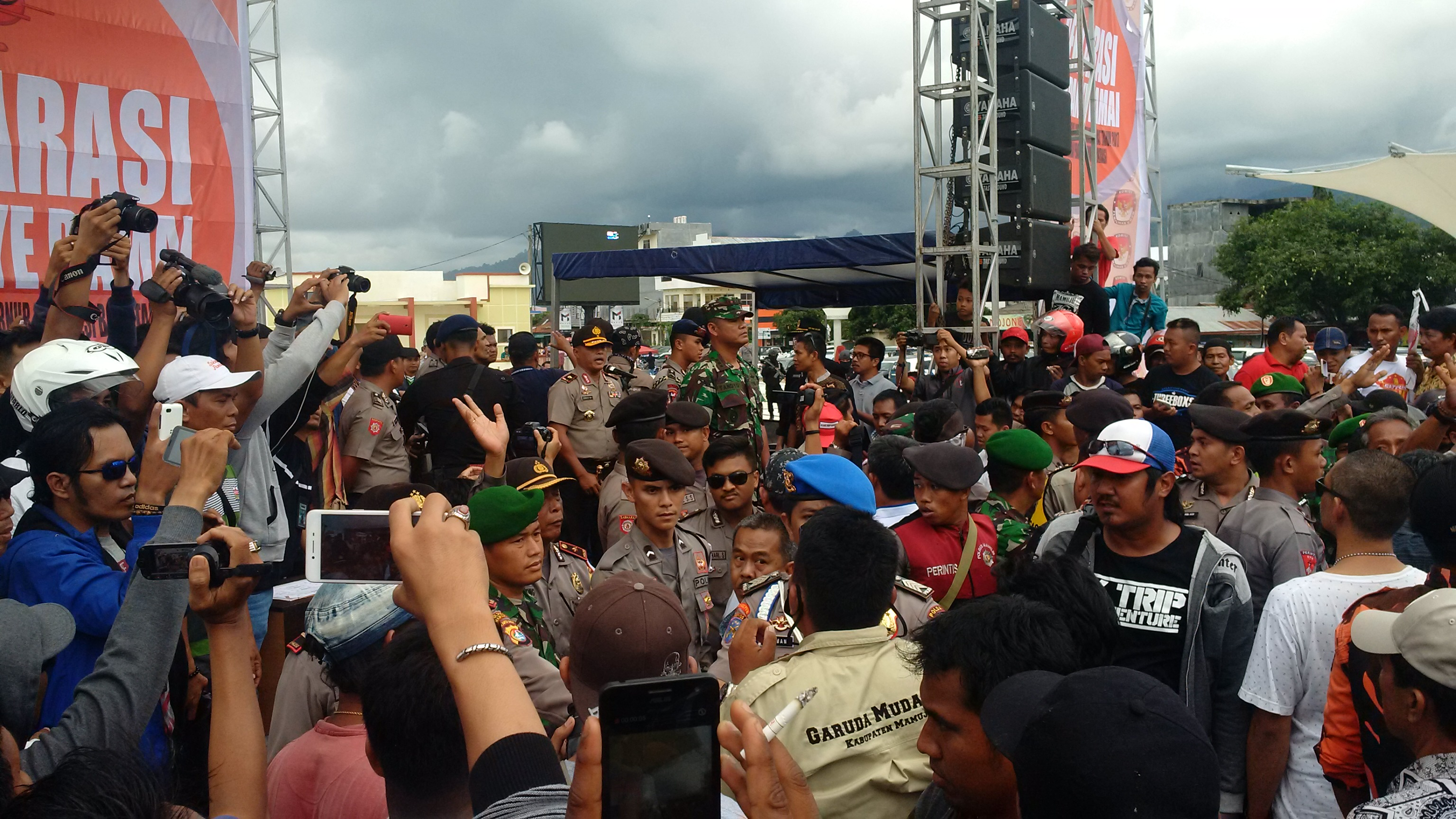 Suasana ricuh saat massa mempermasalahkan sambutan KPU Sulbar