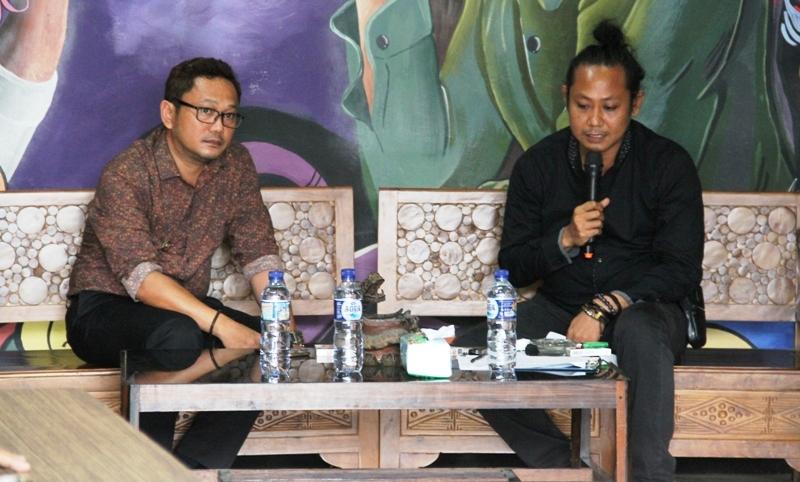 Irwan SP Pababari dan Ado Masud saat diskusi Masyarakat Adat