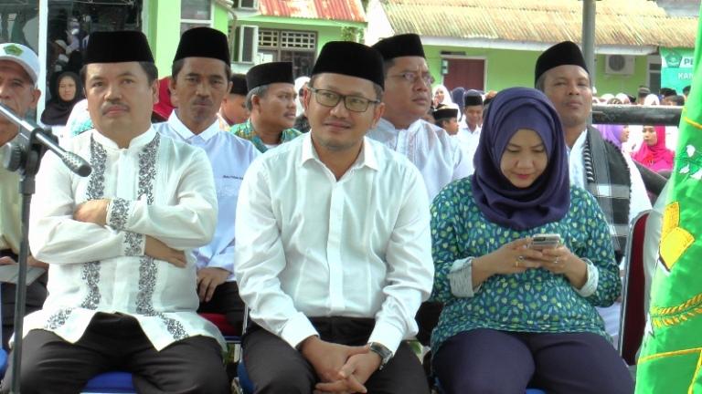 Ketua DPRD Mamuju, Hj. St. Suraidah Suhardi (kanan) saat menghadiri Hari Santri Nasional