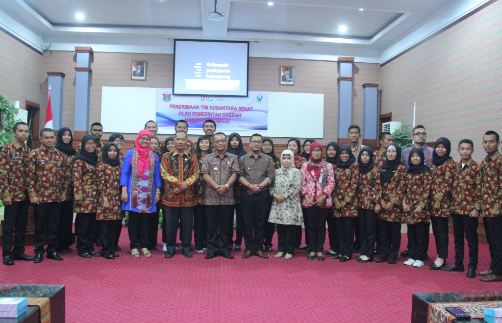 Pemerintah Kabuapten Mamuju melakukan foto bersama Tim Nusantara Sehat