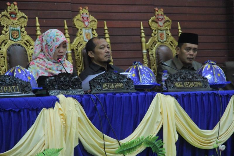 Pimpinan DPRD Kabupaten Mamuju, Hj. St. Suraidah Suhardi, Sugianto, Andi Dodi Hermawan saat memimpin rapat paripurna