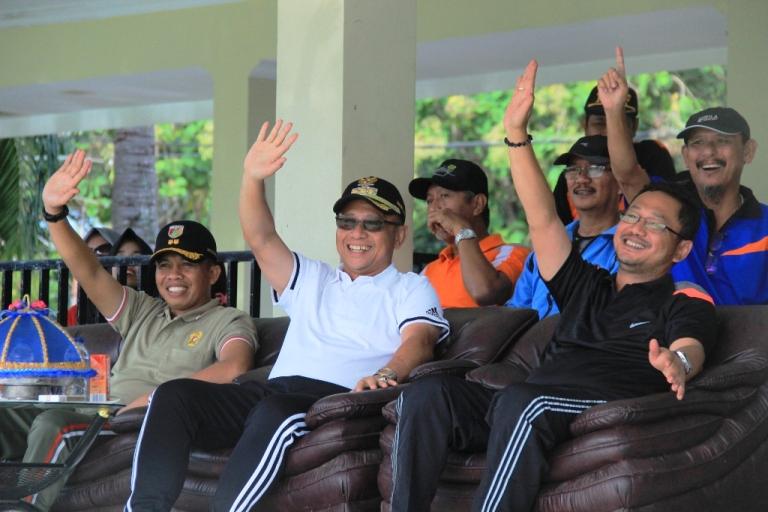 Dandim, Bupati dan Wakil Bupati Mamuju saat menyapa peserta HUT Korpri
