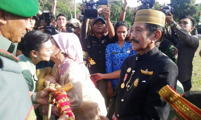 Pangdam VII saat menerima keris dari Raja Mamuju